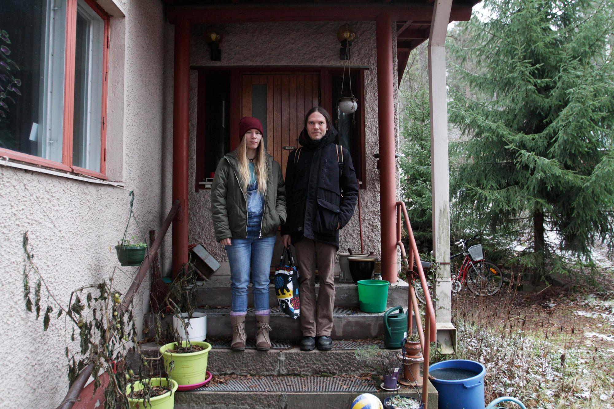 Nainen ja mies seisovat omakotitalon portailla