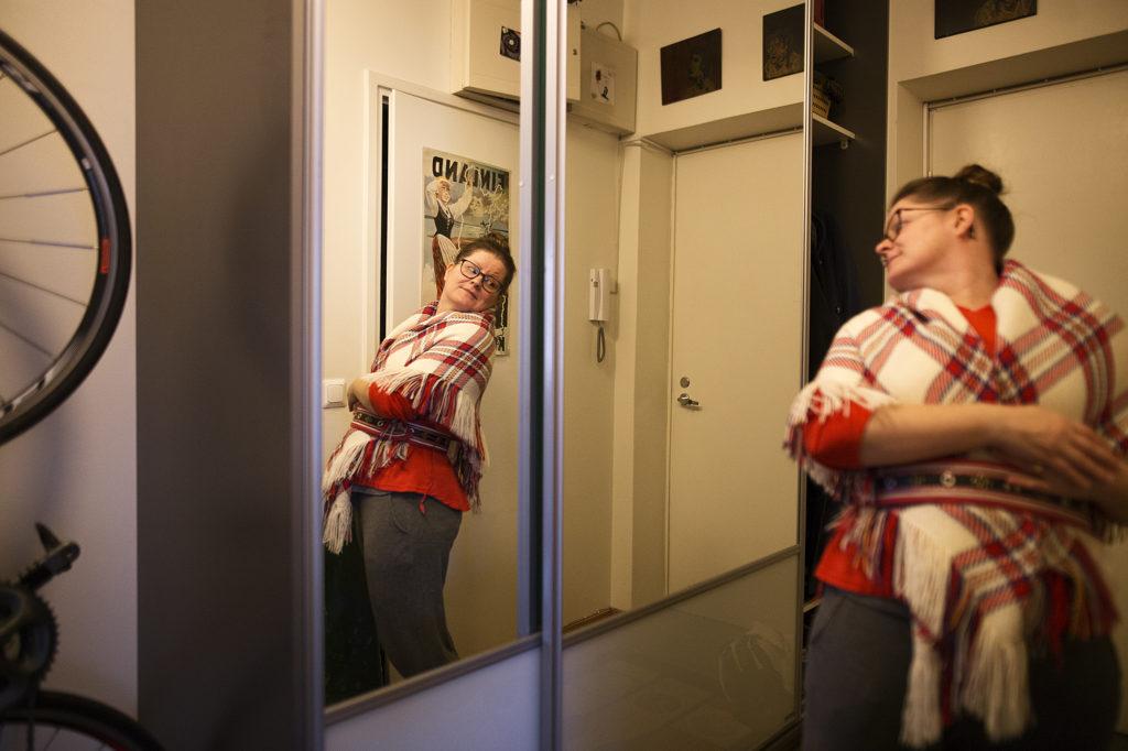 Kuvassa henkilö katselee itseään peilistä.