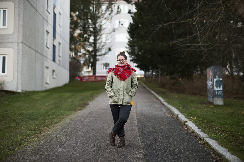 Kuvassa henkilö seisoo kävelytiellä.