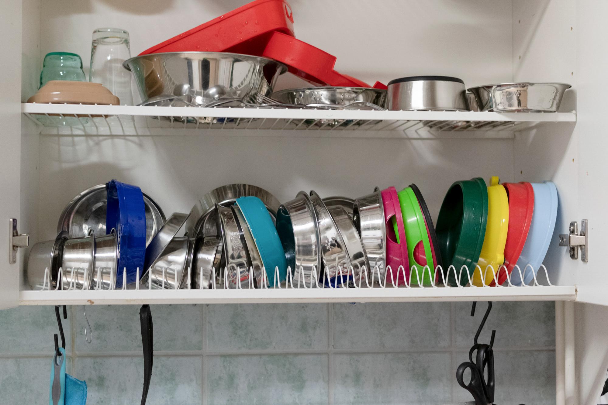Tiskikaappi, jossa on astioita ja ruokakuppeja.