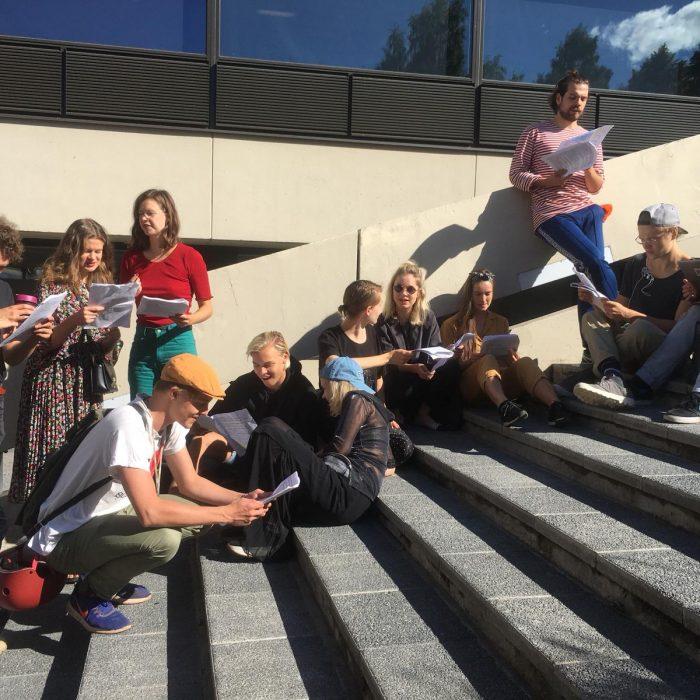 Tekstin työstämistä Tampereella ennen matkaa. Kuva: Riku Savonen