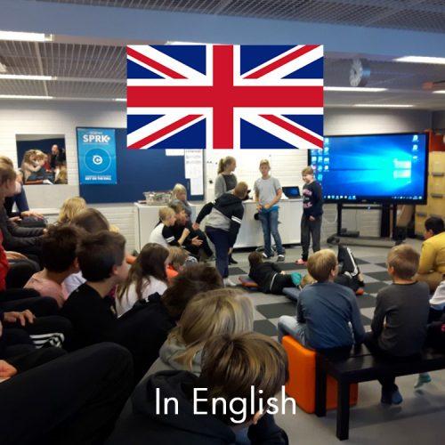 Kuva, jossa on oppilaita Kaksio-oppimisympäristön katsomo-alueella, on myös Iso-Britannian lippu ja linkki englanninkielisille sivuille.