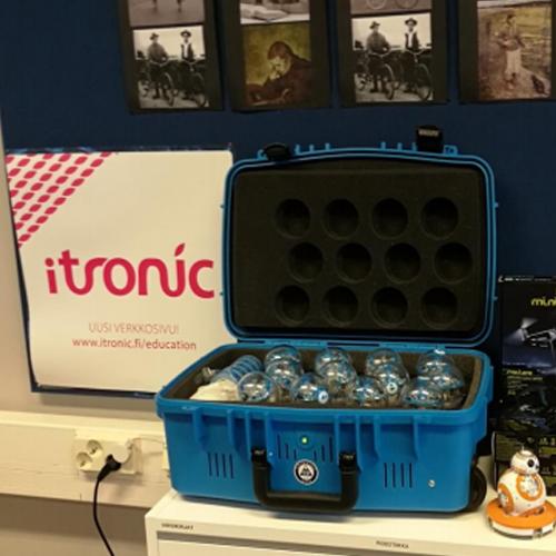 Kuvassa on itronicin Kaksioon lahjoittama Sphero-robottisalkku