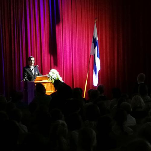 Kuvassa on lehtori Janne Mäkinen puhumassa itsenäisyysjuhlassa koulun juhlasalissa.