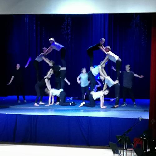 Kuvassa on sirkuspainotuksen oppilaiden akrobatia-esitys itsenäisyysjuhlassa.