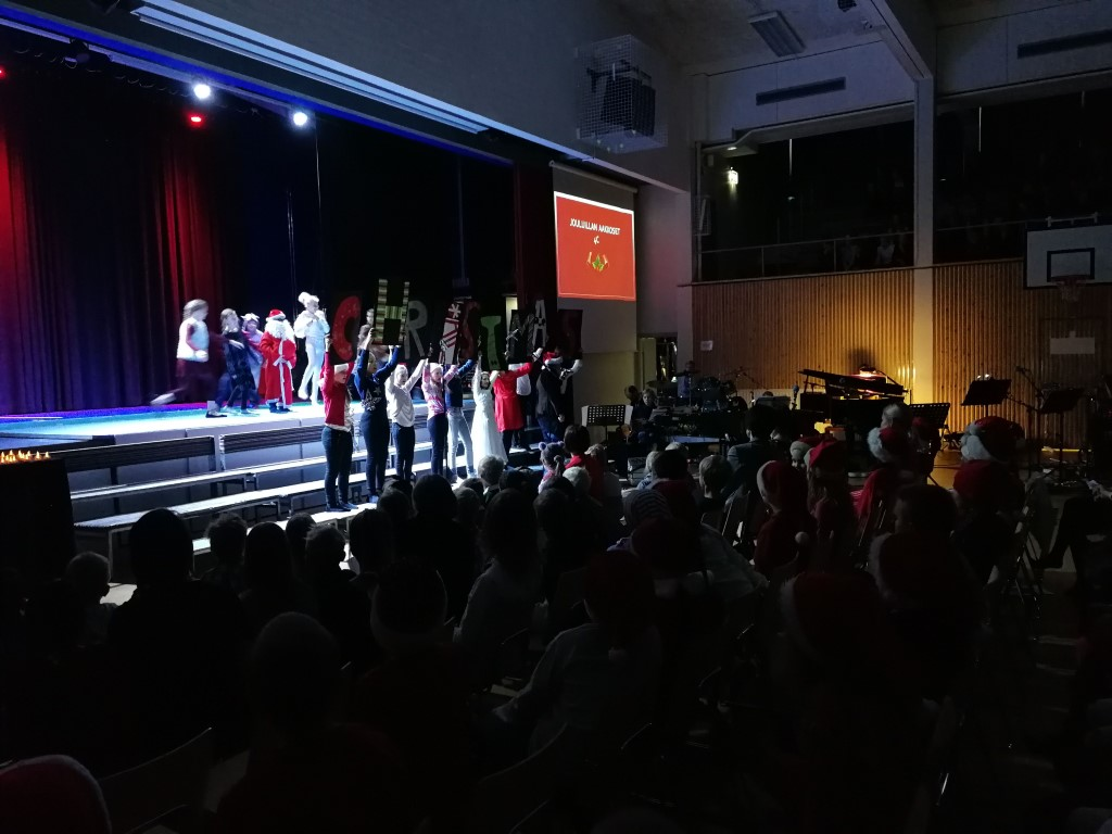 Oppilaiden esitys joulujuhlassa - musiikkiluollalaisten laulua ja näytelmää.