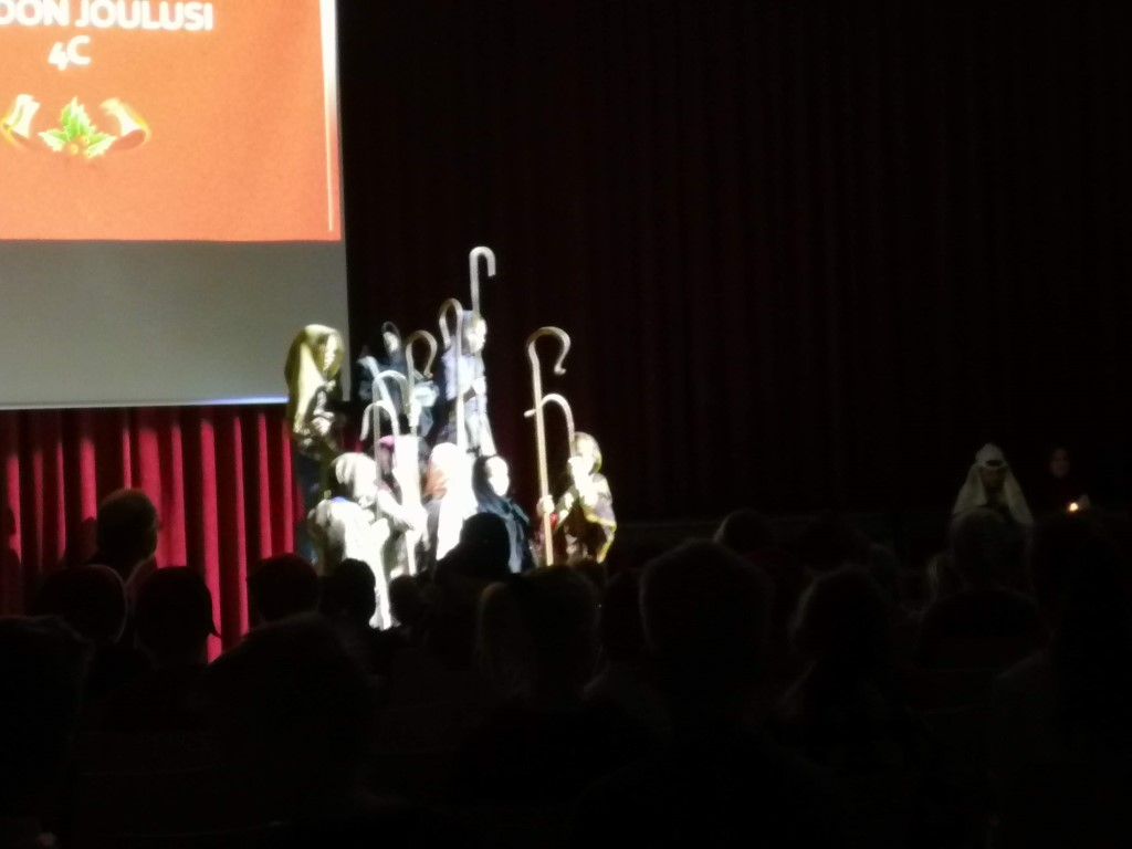 Oppilaiden näytelmä joulujuhlassa - kertomus ensimmäisestä joulusta.