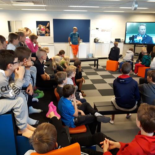 Kuvassa on näkymä Kaksio-oppimisympäristöstä ja sen katsomosta, jossa istuu joukko oppilaita.