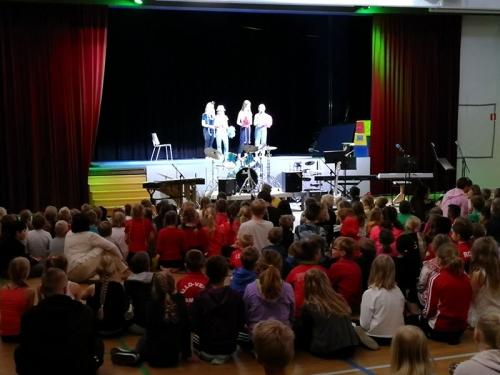 Lava on vapaa -tapahtumassa 2019 oppilaita esiintymässä