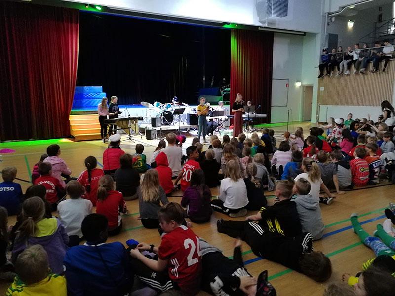 Lava on vapaa -tapahtumassa 2019 oppilaita esiintymässä - bändi soittaa