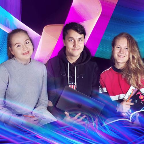 Kuvassa on kolme lukion opiskelijaa - yksi nuori mies ja kaksi nuorta naista - poseeraamassa.