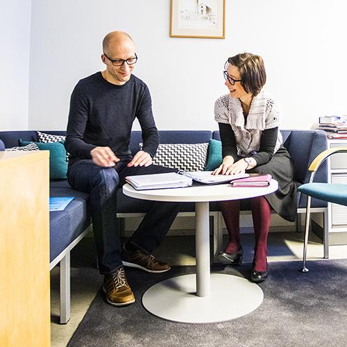 Kuvassa ovat perusopetuksen rehtori Kirsi-Liisa Koskinen-Sinisalo ja Pekka Poikajärvi.