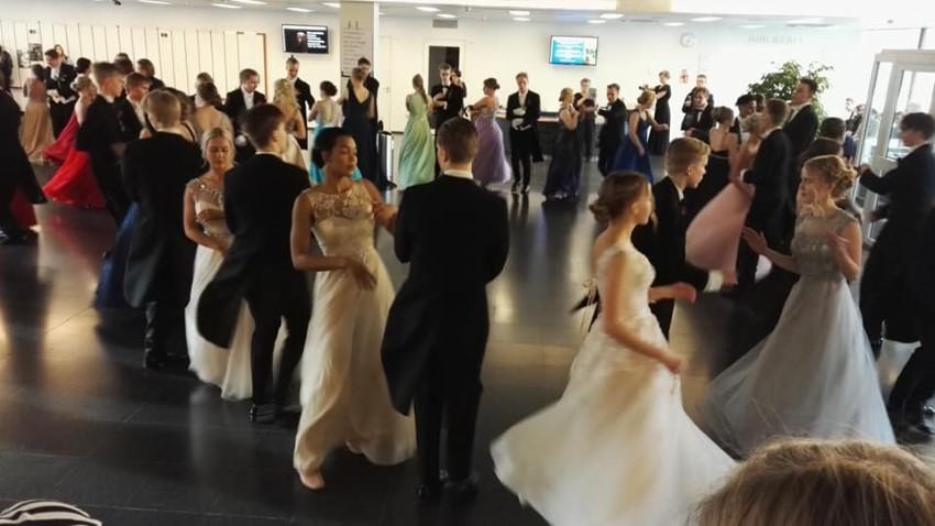 vanhojen päivän tanssia, kuvassa suuri joukko tanssijoita juhlamekoissaan ja -puvuissaan