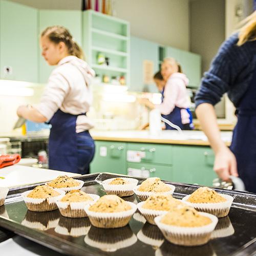 Kuvasa on tarjottimella muffinseja, jotka on juuri valmistettu kotitalouden tunnilta.