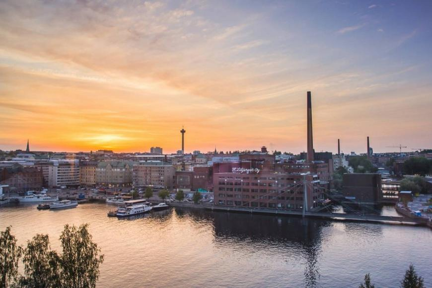 8c321104-visit_tampere_sunset_over_laukontori_from_periscope_restaurant_ratina_laura_vanzo-1600x900.jpg