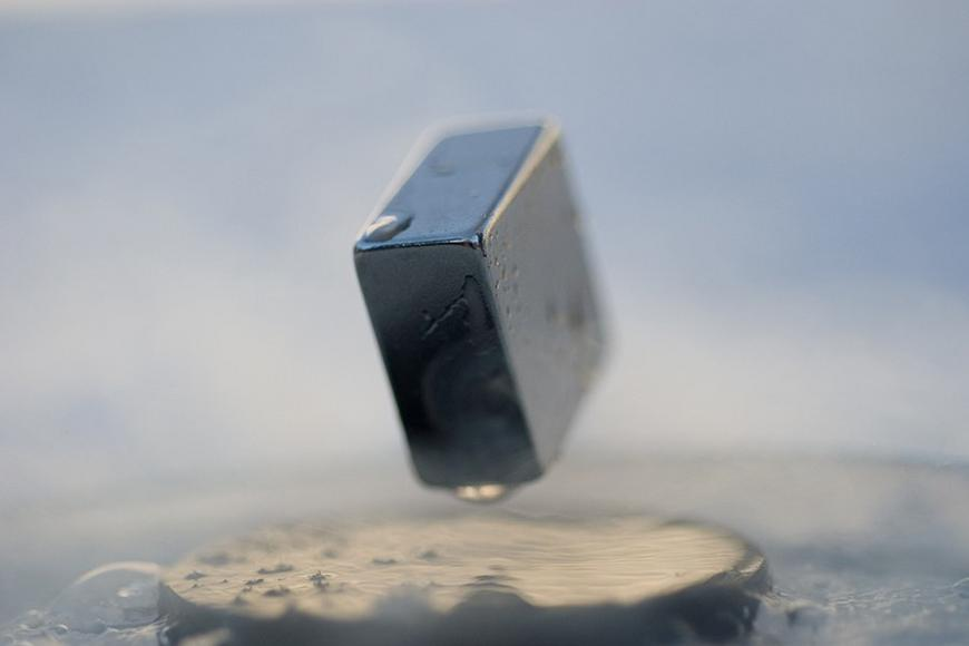 Levitation of a magnet on top of a superconductor. Juboroff / Wikimedia Commons