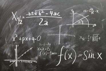 Liitutaululla matemaattisia kaavoja.